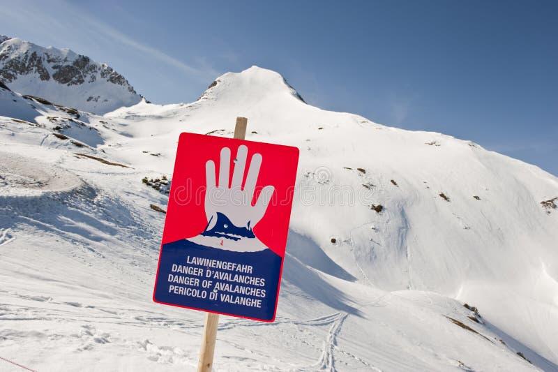Austria, Salzburg, Altenmarkt-Zauchensee, señal de peligro para el peligro de la avalancha fotos de archivo libres de regalías
