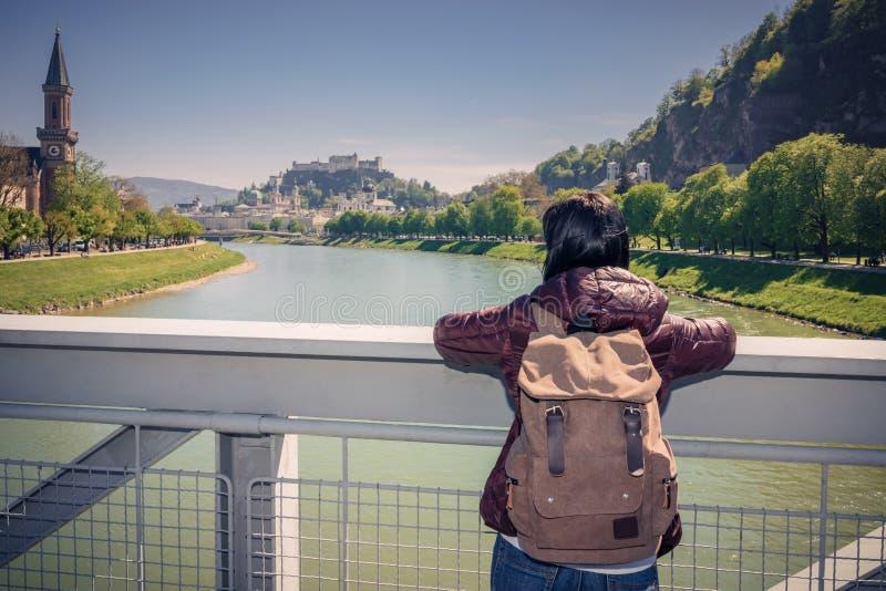 Austria Salzburg Dziewczyna turysta na moscie nad rzeką zdjęcie stock