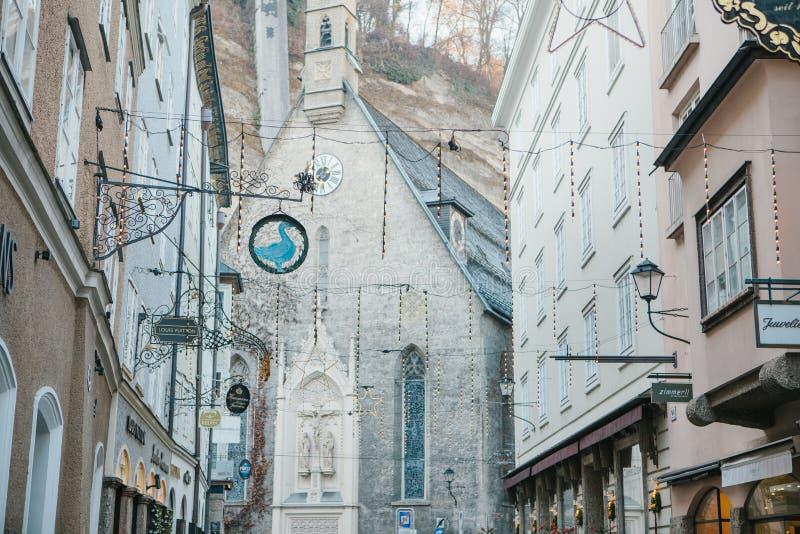 Austria, Salzburg, Styczeń 1, 2017: Architektura Austriacki miasto Salzburg Domy z znakami na Getreidegasse fotografia royalty free