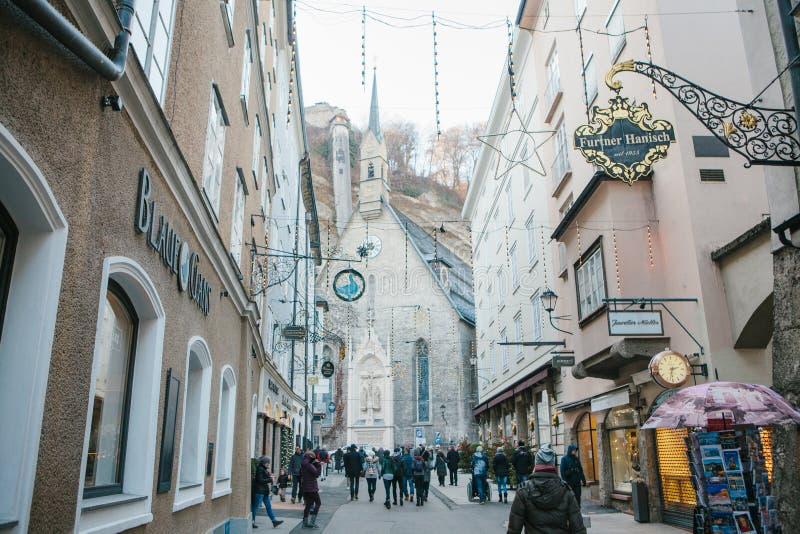 Austria, Salzburg, Styczeń 1, 2017: Getreidegasse ulica Malownicza ulica na terytorium stary miasto, długim zdjęcie stock