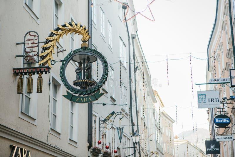 Austria, Salzburg, Styczeń 1, 2017: Reklamowy signboard Zara sklep w Getreidegasse ulicie Malowniczy obrazy royalty free