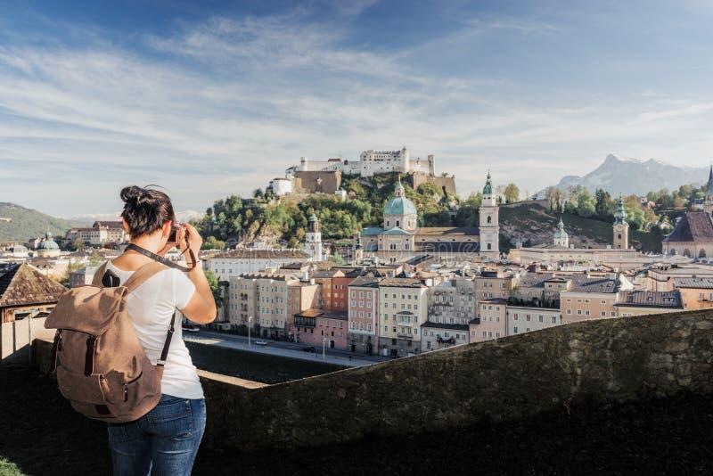 austria Salzburg Una muchacha turística joven toma imágenes fotos de archivo