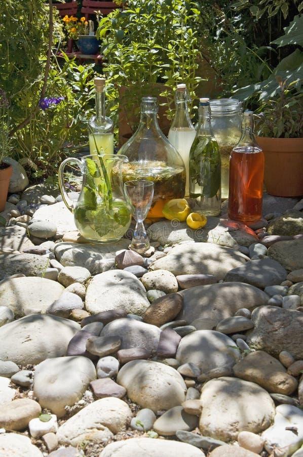Austria, Salzburger ziemia, butelki z doprawiającym octem i olej umieszczający na kamieniach, obrazy royalty free