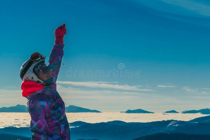 Austria - Snowboarder dziewczyna Z r?k? rised w g?r? fotografia royalty free