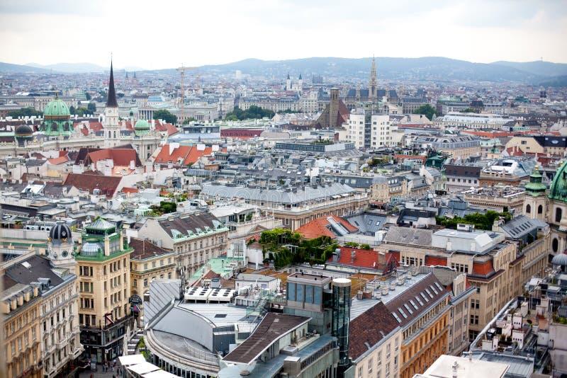 Austria, Wiedeń, stolica pejzaż miejski z kopułą Hofburg pałac i wierza St Michael ` s kościół, Michaelerkirche fotografia stock
