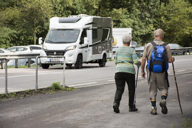 Austriaccy ludzie starszego pary odprowadzenia obok drogi iść trekking i wycieczkować przy górą zdjęcia stock
