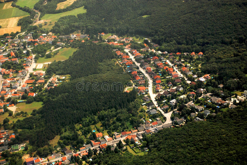 Austriacka wioska i las widzieć od samolotu obrazy royalty free