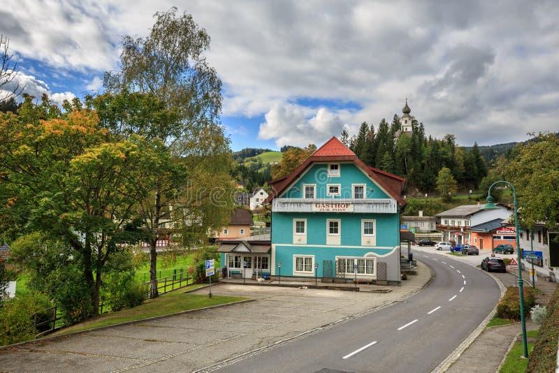 Austriacki miasteczko jest z starym kościół święty Catherine na wzgórzu Styria, Austria zdjęcia royalty free