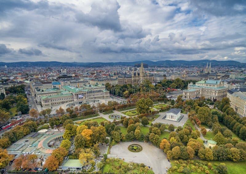 Austriacki parlamentu budynek, Rathaus, park, Burgtheater, Cesarskiego sądu Theatre Wiedeń popularni zwiedza przedmioty fotografia stock