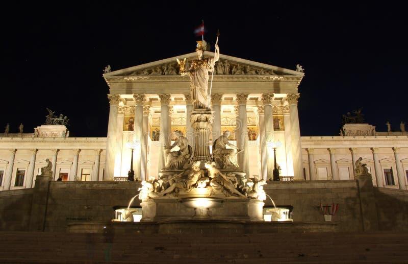 Austriacki parlamentu budynek w Wiedeń przy nocą obrazy royalty free