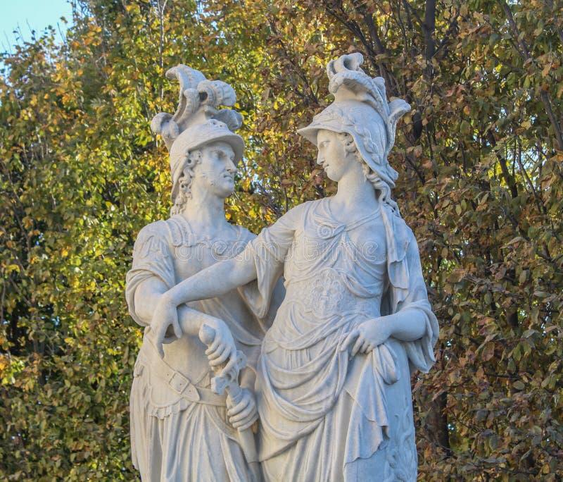 Austriaco, Viena, el 21 de octubre de 2018: Dos estatuas en el jardín del palacio imperial de Schoenbrunn Es uno del más famosa imagen de archivo libre de regalías