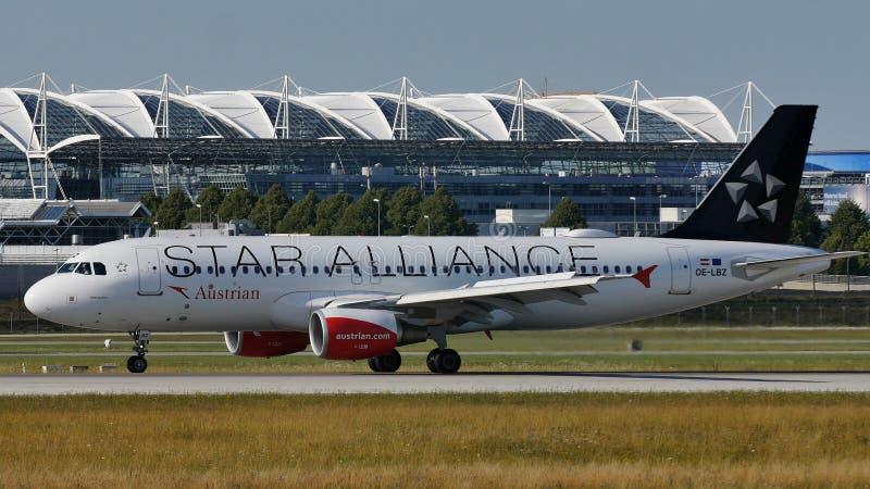 Austrian Airlines, συμμαχία αστεριών που κάνει το ταξί στον αερολιμένα του Μόναχου, MUC στοκ φωτογραφία
