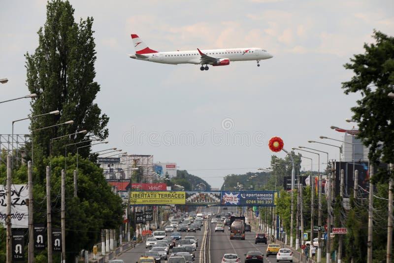 Austrian Airlines строгает причаливая международный аэропорт Henri Coanda в Бухаресте стоковые изображения rf