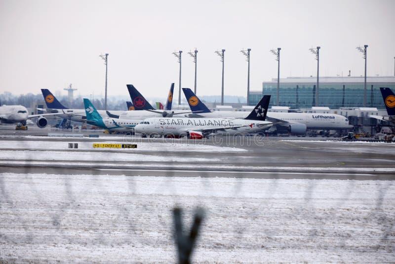 Austrian Airlines Airbus A320-200 OE-LBZ que faz o táxi no aeroporto de Munich, tempo de inverno fotos de stock