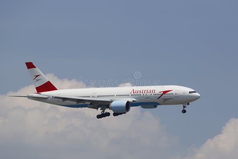 Austrian Airlines Boeing 777 en acercamiento al aeropuerto internacional de JFK en Nueva York foto de archivo