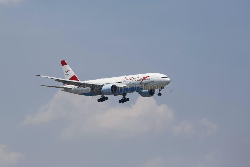 Austrian Airlines Boeing 777 na podejściu JFK lotnisko międzynarodowe w Nowy Jork obrazy stock