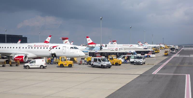 Austrian Airlines narządzanie dla odlota w Wiedeń lotnisku obraz royalty free