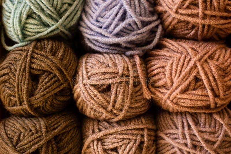 Auswahl der bunten Garnwolle auf shopfront lizenzfreies stockbild