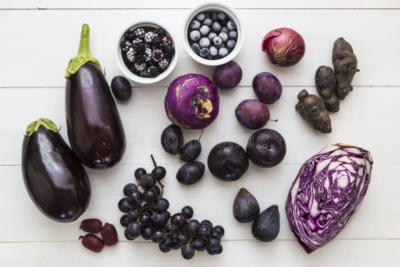 Auswahl der purpurroten Frucht und des veg stockfotos
