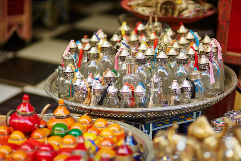 Auswahl der traditionellen Flasche für Parfüme oder Weihrauch lizenzfreie stockfotografie