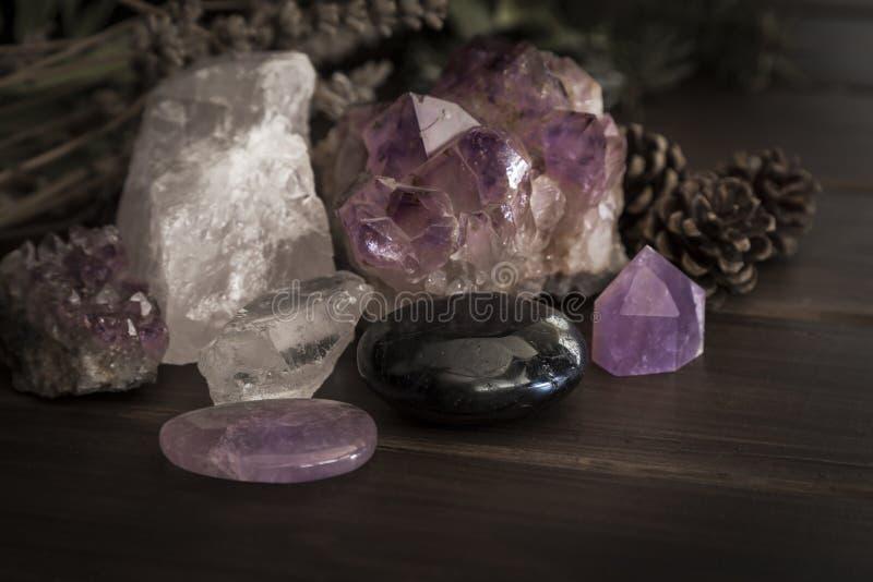 Auswahl des Amethysts Rose Quartz und der Tourmaline-Steine und der Kristalle auf einer Holzoberfläche stockfoto
