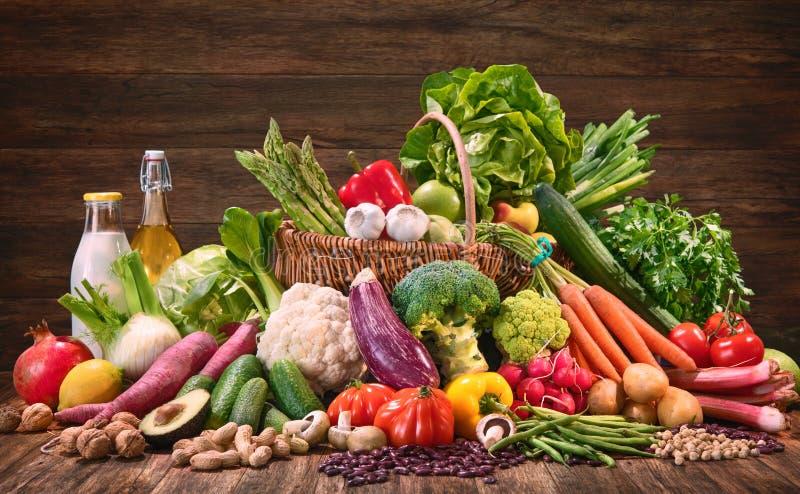Auswahl des biologischen Lebensmittels f?r gesunde Nahrung stockfotografie