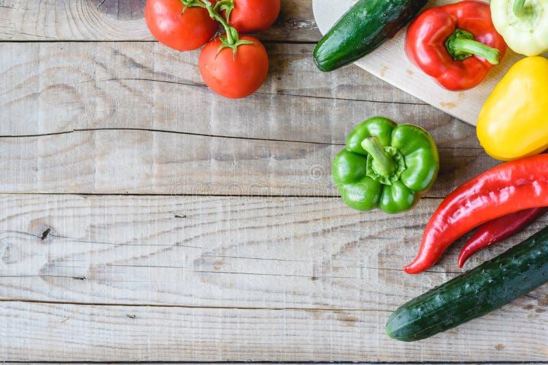 Auswahl des bunten Gemüses auf Holztisch lizenzfreie stockfotografie