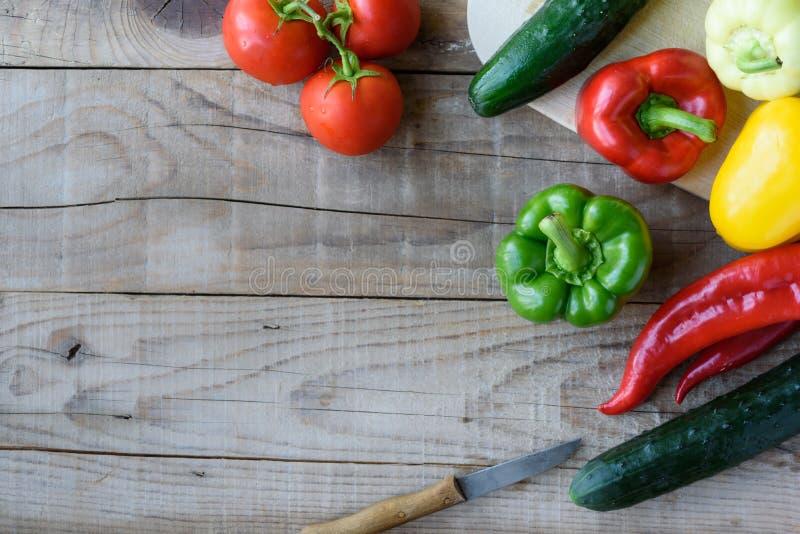 Auswahl des bunten Gemüses auf Holztisch lizenzfreies stockbild