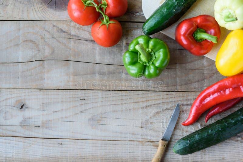 Auswahl des bunten Gemüses auf Holztisch stockbild