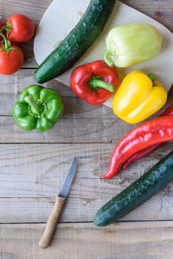 Auswahl des bunten Gemüses auf Holztisch lizenzfreies stockfoto