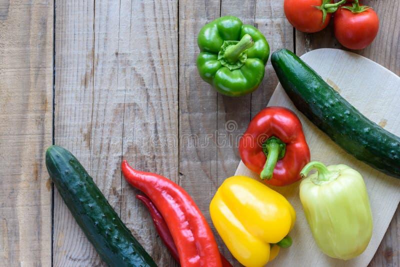 Auswahl des bunten Gemüses auf Holztisch stockfotos