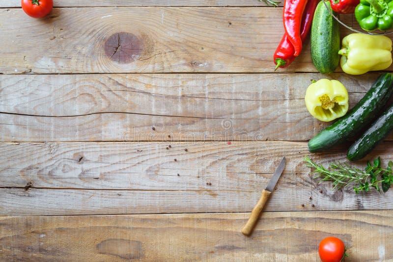 Auswahl des bunten Gemüses auf Holztisch stockbilder