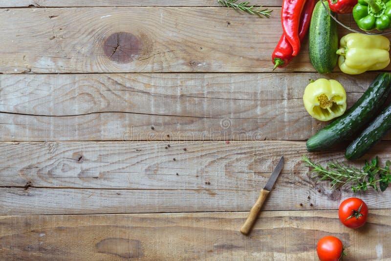 Auswahl des bunten Gemüses auf Holztisch stockfoto