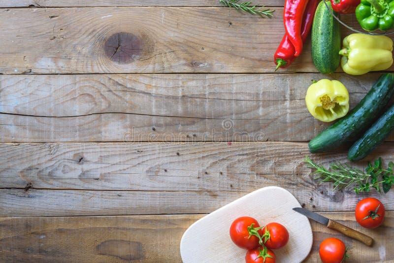 Auswahl des bunten Gemüses auf Holztisch lizenzfreie stockbilder