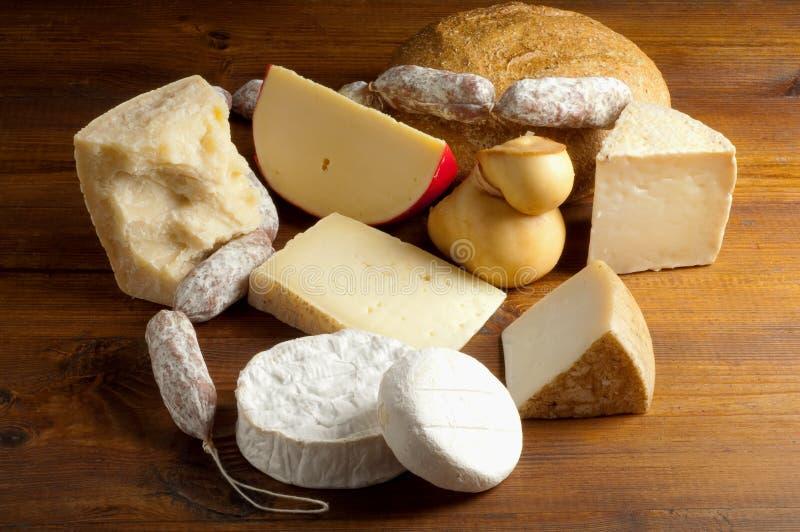 Auswahl des Käses und der Salami stockfoto