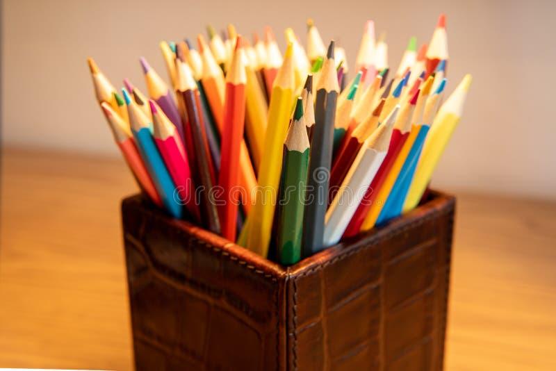 Auswahl von den farbigen geschärften Bleistiften, die in einem Kasten aufrecht stehen stockbild