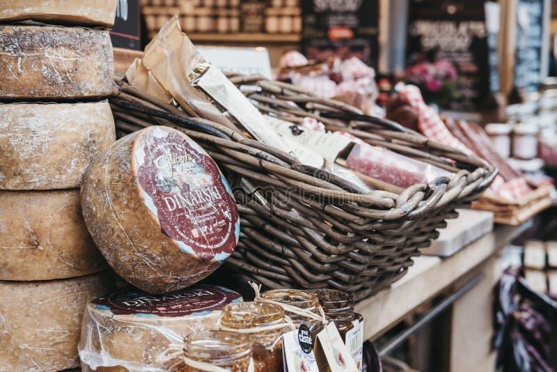 Auswahl von Fleischwaren auf einem Geschmack-Kroatien-Marktstall im Stadt-Markt, London lizenzfreie stockbilder