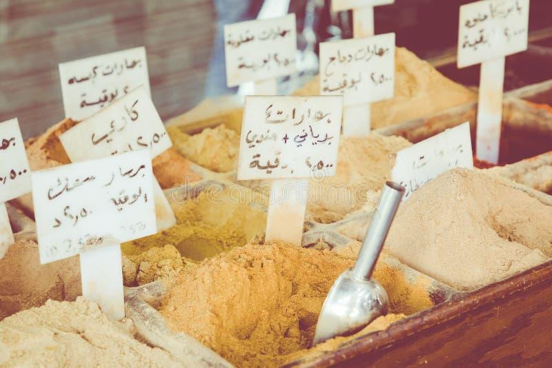Auswahl von Gewürzen auf einem traditionellen Markt in Amman, Jordanien stockbilder