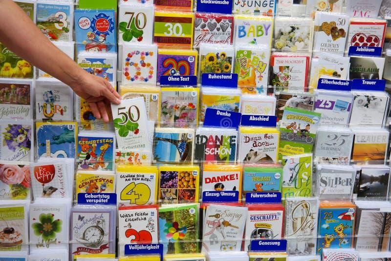 Auswahl von Grußkarten stockfotos