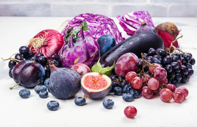 Auswahl von purpurroten Nahrungsmitteln lizenzfreie stockfotografie