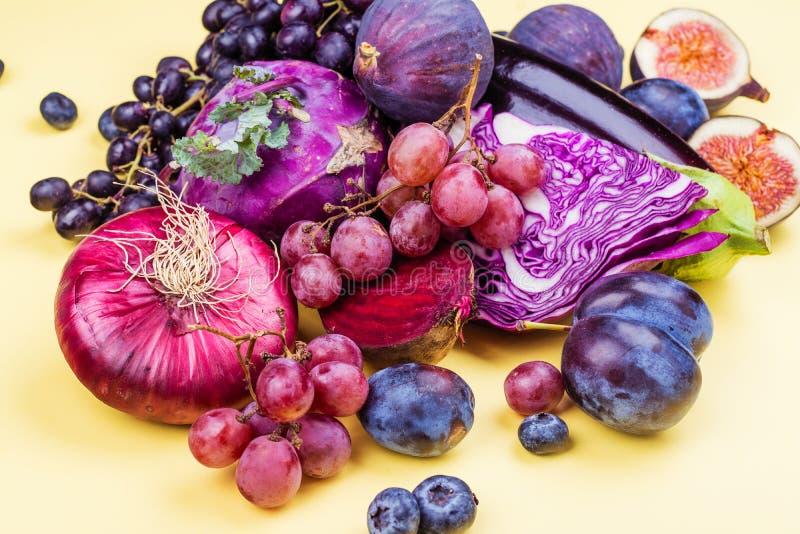 Auswahl von purpurroten Nahrungsmitteln stockbild