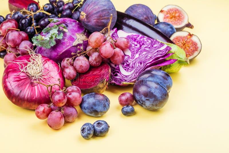 Auswahl von purpurroten Nahrungsmitteln stockfotos