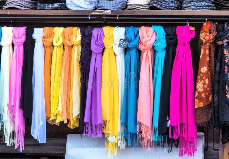 Auswahl von Schals für Verkauf lizenzfreie stockbilder