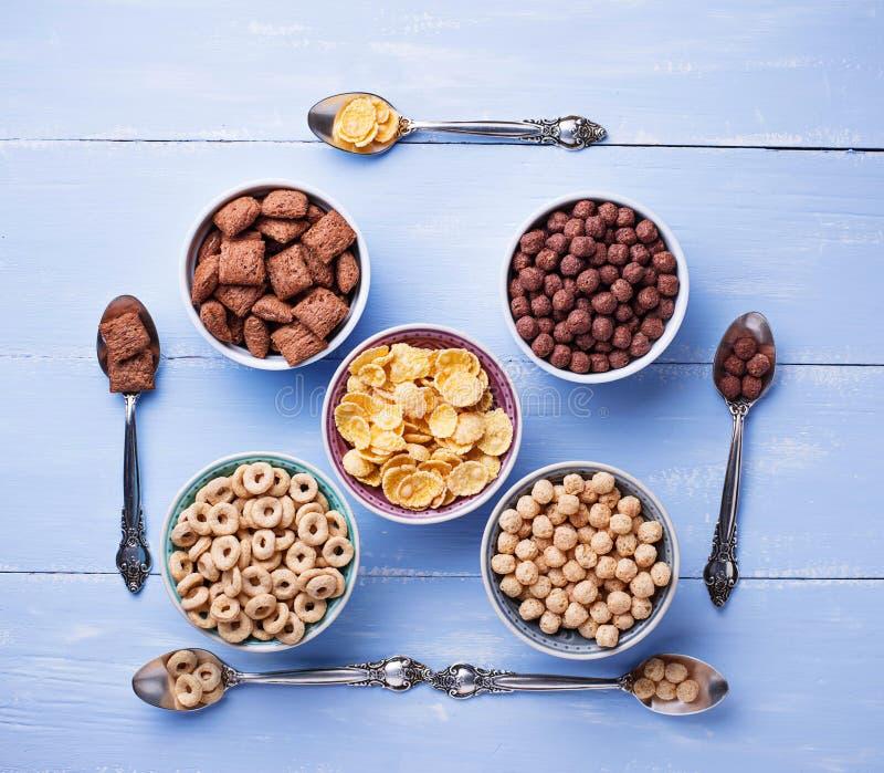 Auswahl von verschiedenen Corn Flakes zum Frühstück lizenzfreie stockfotografie
