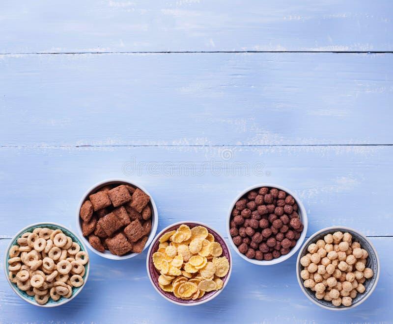 Auswahl von verschiedenen Corn Flakes zum Frühstück stockfotografie