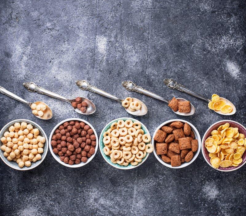 Auswahl von verschiedenen Corn Flakes zum Frühstück stockbild