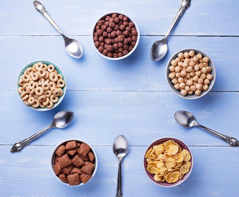 Auswahl von verschiedenen Corn Flakes zum Frühstück lizenzfreie stockfotos