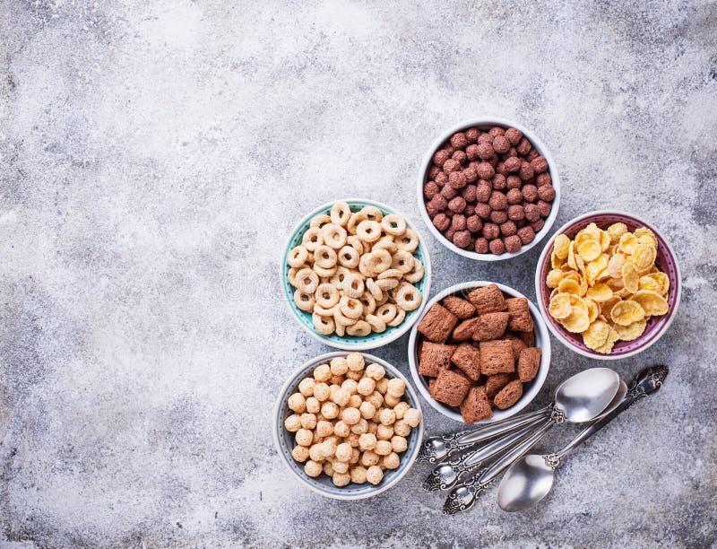 Auswahl von verschiedenen Corn Flakes zum Frühstück lizenzfreies stockbild