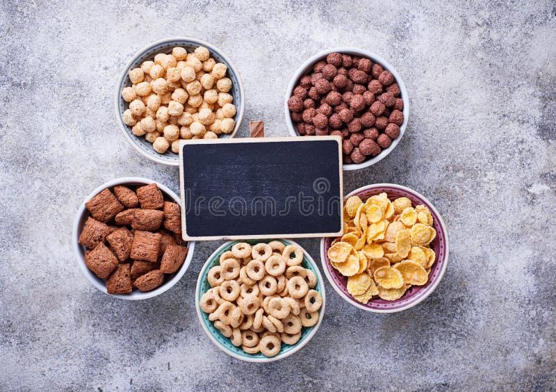 Auswahl von verschiedenen Corn Flakes zum Frühstück lizenzfreies stockfoto