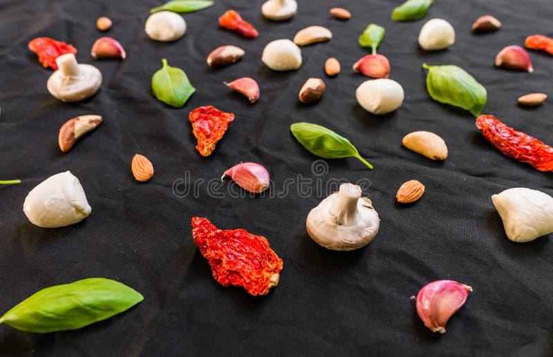 Auswahl von verschiedenen italienischen Lebensmittelinhaltsstoffen gegen schwarzen Hintergrund stockbilder